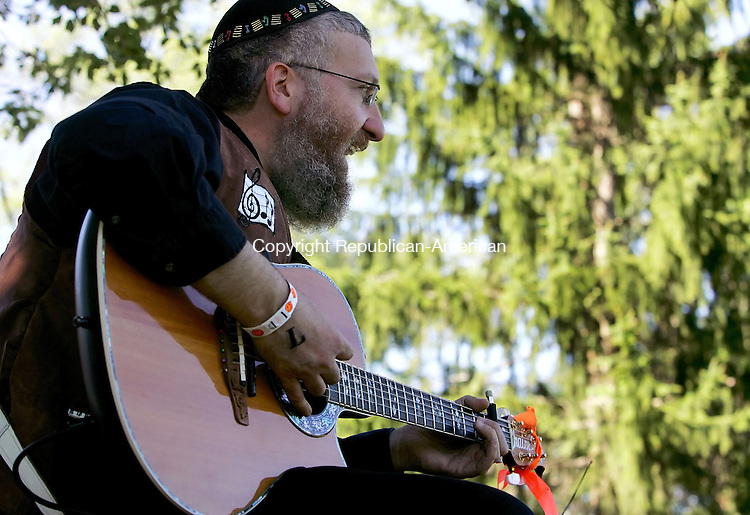 MIDDLEBURY, CT - 09 September 2005 -090905JS07--Musician Chaim Fogelman sings Jewish children's music during the 8th annual JewishFest 2005 at Quassy Amusement Park in Middlebury.  --Jim Shannon / Republican-American  -- Chaim Fogelman,  Quassy Amusement Park; Middlebury are CQ
