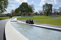 United Kingdom, England, London: Diana, Princess of Wales Memorial Fountain, opened by Her Majesty The Queen on 6th July 2004, in Hyde Park | Grossbritannien, England, London: Diana, Princess of Wales Memorial Fountain, eingeweiht durch Her Majesty The Queen am 6. Juli 2004 im Hyde Park