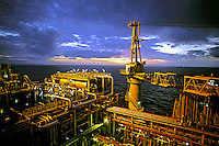 Plataforma de petróleo da Petrobrás P-40 em Macaé. Rio de Janeiro. 2002. Foto de Ricardo Azoury.
