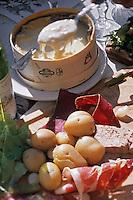 """Europe/France/Rhône-Alpes/38/Isère/Oz-en-Oisans: Boite Chaude au Mont d'Or recette de Brigitte Noirey propriétaire du restaurant d'Altitude """"Le Perce Neige"""""""