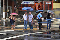 CAMPINAS,SP - 02.03.2017 - CLIMA-TEMPO - Pessoas são vistas se protegendo da chuva, na zona central de Campinas, cidade do interior do estado de São Paulo, na tarde desta quinta-feira, 03, (Foto: Eduardo Carmim/Brazil Photo Press)