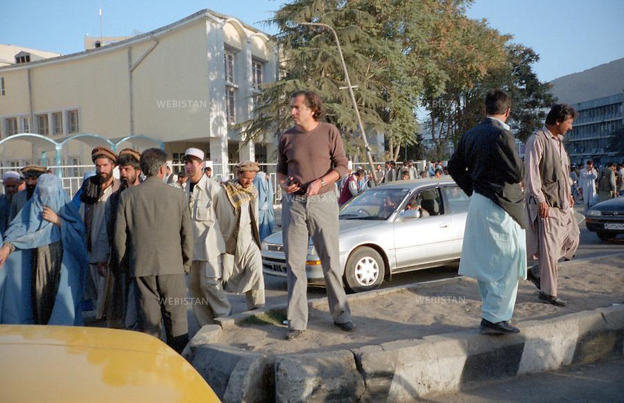 Afghanistan. Kabul. 2002. Bernard-Henri L&eacute;vy in the streets of Kabul.<br /> <br /> Afghanistan. Kaboul. 2002. Bernard-Henri L&eacute;vy dans les rues de Kaboul.