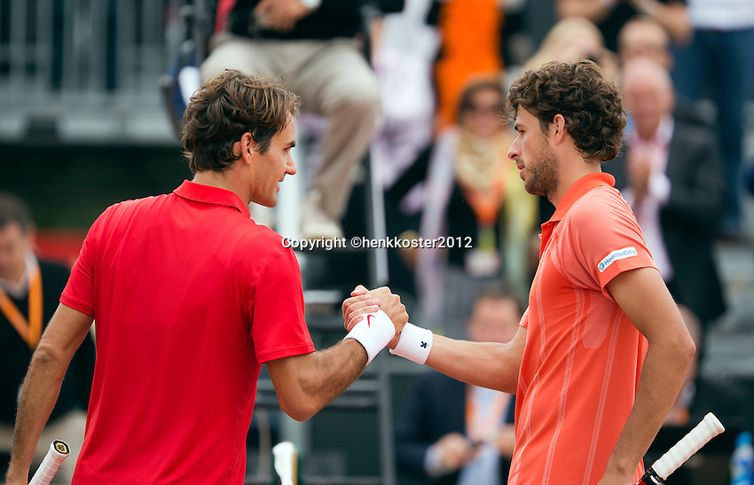 16-09-12, Netherlands, Amsterdam, Tennis, Daviscup Netherlands-Suisse, Roger Federer shakes hands with  Robin Haase(R) Frderer won