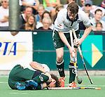 BLOENDAAL - Blessure voor Floris Beschop van R'dam tijdens de hoofdklasse wedstrijd hockey tussen de mannen van Bloemensaal en Rotterdam (2-3). rechts teamgenoot Seve van Ass.  COPYRIGHT KOEN SUYK