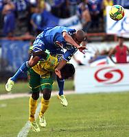 NEIVA -COLOMBIA- 6-SEPTIEMBRE-2014.<br /> Lewis Ochoa  (Der) jugador de Millonarios disputa el balón con Jhonatan Murillo (Izq) jugador de Atletico Huila  durante partido por la fecha 8 de la Liga Postobón II 2014 jugado en el estadio Guillermo Plazas Alcid de la ciudad de Neiva ./ Lewis Ochoa  (R) player of Millonarios fights for the ball with Jhonatan Murillo (L) player of Atletico Huila  during the match for the 8th date of the Postobon League II 2014 played at Guillermo Plazas Alcid  stadium in Neiva city.Photo / VizzorImage / Andrew Indell / Stringer