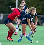 AMSTELVEEN  - ,Anouk Lambers (Pin) met Lisanne de Lange (Lar)  hoofdklasse hockeywedstrijd dames Pinole-Laren (1-3). COPYRIGHT  KOEN SUYK