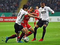 Makoto Hasebe (Eintracht Frankfurt) und Kevin-Prince Boateng (Eintracht Frankfurt) gegen Robin Quaison (1. FSV Mainz 05) - 07.02.2018: Eintracht Frankfurt vs. 1. FSV Mainz 05, DFB-Pokal Viertelfinale, Commerzbank Arena