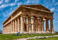 Italien, Kampanien, Paestum: von griechischen Kolonisten im 7. Jh. v. Chr. erbaute Tempelstadt Poseidonia - hier der Poseidontempel (Tempio di Nettuno) wird heute der Goettin Hera (Gattin des Zeus) zugeordnet | Italy, Campania, Paestum: temple of Neptune - today HeraTemple