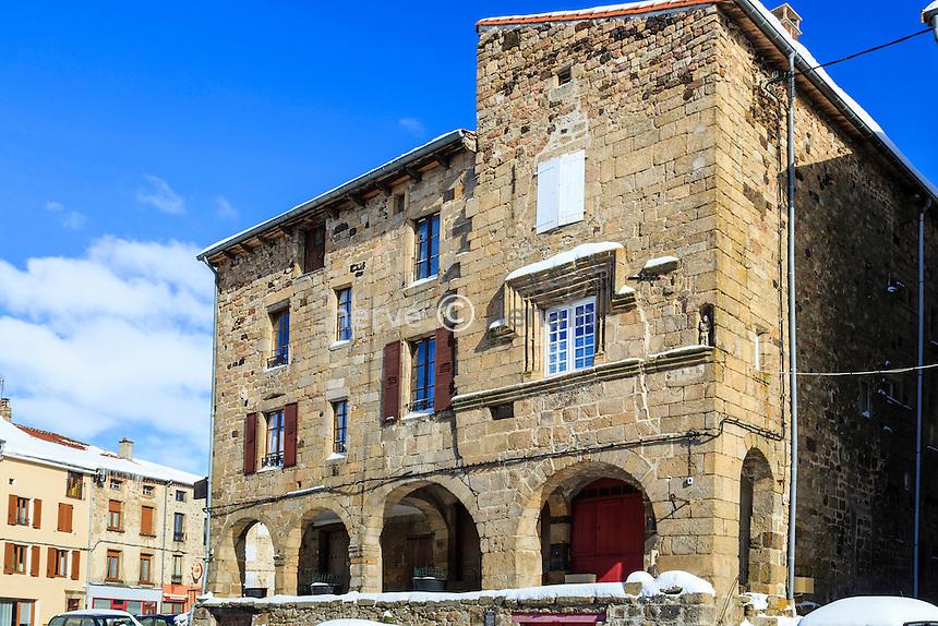 France, Haute-Loire (43), Pradelles, labellisé Les Plus Beaux Villages de France, sous la neige, maison à arcades sur la place de la Halle