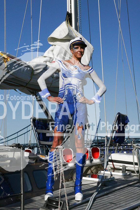 Model Joana als Matrosin beim Photoshooting im Hafen zum Thema 'Maritimes' im Rahmen des 6. Internationalen StreetArt Festivals. Wilhelmshaven, 06.08.2016 - Bodypaint Künstler: Enrico Lein