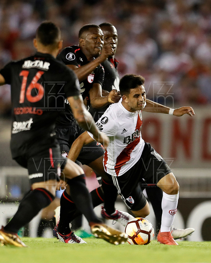 BUENOS AIRES - ARGENTINA - 05 - 04 - 2018: Gonzalo Martinez (Der.) jugador de River Plate disputa el bal—n con Javier Lopez (Cent.) jugador de Independiente Santa Fe, durante partido de la fase de grupos, grupo D, fecha 2, entre River Plate (ARG) y el Independiente Santa Fe, por la Copa Conmebol Libertadores 2018, en el estadio Antonio Vespucio Liberti ÒMonumental de RiverÓ, de la ciudad Ciudad Aut—noma de Buenos Aires. / Gonzalo Martinez (R) player of River Plate vies for the ball with Javier Lopez (C) player of Independiente Santa Fe, during a match of the groups phase, group D, 2nd date, beween River Plate (ARG) and Independiente Santa Fe, for the Conmebol Libertadores Cup 2018, at the Antonio Vespucio Liberti ÒMonumental de RiverÓ, in Ciudad Aut—noma de Buenos Aires. VizzorImage / Javier Garcia Martino / Photogamma / Cont.