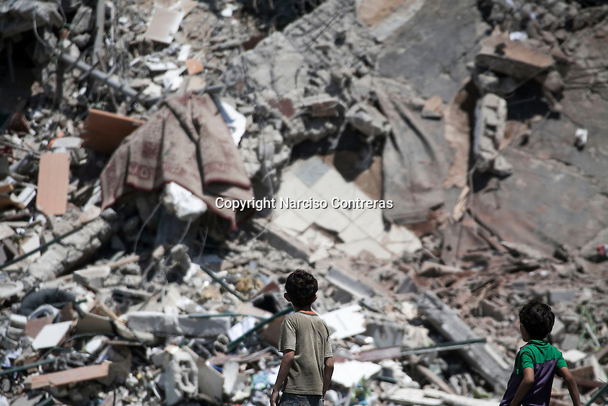 "August 26, 2014 - Gaza City, Gaza strip, Palestinian Territory: Palestinian children look at the rubble of an apartment complex buildiing after it was targeted by an airstrike night raid in central Gaza City as ""Protective Edge"" Israeli military operation continues in the Gaza strip. (Narciso Contreras/Polaris)"