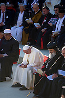Assisi,Italy, September 20, 2016. Papa Francesco con alcuni leader religiosi provenienti da tutto il mondo ha partecipato alla preghiera della Pace di fronte la Basilica di San Francesco. Pope Francis and other religious leaders attend the ceremony in front of the Basilica of St. Francis, Assisi, Italy. War refugees and leaders and representatives of several religions, including Christians, Jews, Muslims, Hindus and others, joined Pope Francis in a day of prayer for peace in Assisi, the hometown of St. Francis, who preached tolerance and gentleness.