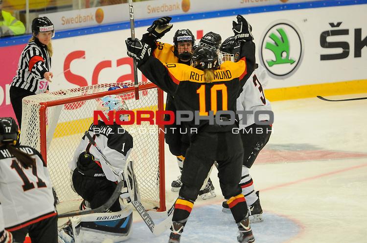 01.04.2015, Rosengards Ishall, Malm&ouml; , SWE, IIHF Eishockey Frauen WM 2015, Deutschland (GER) vsJapan (JPN), im Bild, Yvonne ROTHEMUND (#10, ESC Planegg) und Marie DELARBRE (#22, Merrimack College), Torjubel beim 2:0<br /> <br /> ***** Attention nur f&uuml;r redaktionelle Berichterstattung *****<br /> <br /> Foto &copy; nordphoto / Hafner