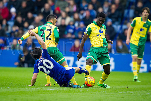 27.02.2016. King Power Stadium, Leicester, England. Barclays Premier League. Leicester City versus Norwich City. Shinji Okazaki of Leicester City slides in on Alexander Tettey of Norwich City.