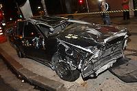 SAO PAULO, SP, 01 DEZEMBRO 2012 - CAPOTAMENTO VEICULO ROUBADO -  Um veiculo roubado capotou na noite dessa sexta-feira (30) na Av. Rangel Pestana altura do nº 100 regiao central de São Paulo. Logo apos o roubo, o proprietario do veiculo pediu ajuda a um motoqueiro, que saiu em perseguição, ao cruzar com uma viatura, passou a informação aos policiais que foram atras do veiculo, na sequencia o motorista perdeu a direção e capotando o produto do roubo. O suspeito ficou ferido e foi socorrido a hospital da regiao. FOTO: LUIZ GUARNIERI / BRAZIL PHOTO PRESS).