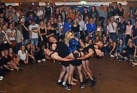 """Büttelborn 15.09.2018: Kerwetanz der Biddelberner Kerb<br /> Simon Hansche als Helene Fischer mit seinen Tänzern in der Mitternachtsshow der Kerweborsch zum """"Büttelborner Supertalent""""<br /> Foto: Vollformat/Marc Schüler, Schäfergasse 5, 65428 R'heim, Fon 0151/11654988, Bankverbindung KSKGG BLZ. 50852553 , KTO. 16003352. Alle Honorare zzgl. 7% MwSt."""