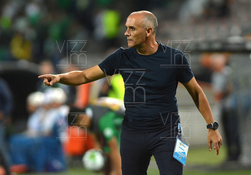MEDELLÍN - COLOMBIA ,23-10-2019:Jose Arastey director técnico del Envigado ante el  Atlético Nacional  durante partido por la fecha 19 de la Liga Águila II 2019 jugado en el estadio Atanasio Girardot de la ciudad de Medellín. / Jose Arastey coach of Envigado agsint  of Atletico Nacional during the match for the date 19 of the Liga Aguila I 2019 played at the Atanasio Girardot  Stadium in Medellin  city. Photo: VizzorImage / León Monsalve / Contribuidor.