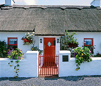 Ireland, County Galway: Front of typical Irish cottage | Irland, County Galway: Hausfront eines typisch irischen Cottages mit Reetdach