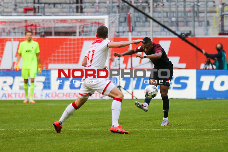 Duesseldorfs Marcel Sobottka #31 gegen Augsburgs Carlos Gruezo #25<br />