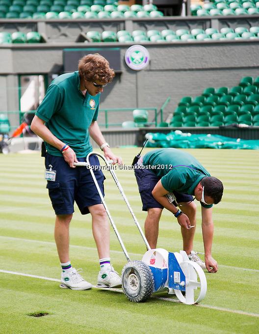 20-06-12, England, London, Wimbledon, Tennis, Het rollen van de kalklijnen op het Centercourt.