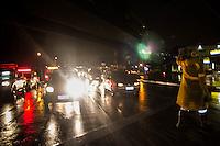 SAO PAULO, SP - 11.12.2014 - CHUVA - SEMAFOROS QUEBRADOS -  Agentes da CET controlam o tráfego na Est. do Itapecerica e parte da Av. João Dias na noite desta quinta-feira (11). Ambas vias na altura da Pte. João Dias estão sem energia devido a queda geral causada pelas fortes chuvas na região.<br /> <br /> (Foto: Fabricio Bomjardim / Brazil Photo Press).
