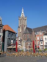 Sint Christoffel Kathedraal in Roermond. Markt met terrasjes
