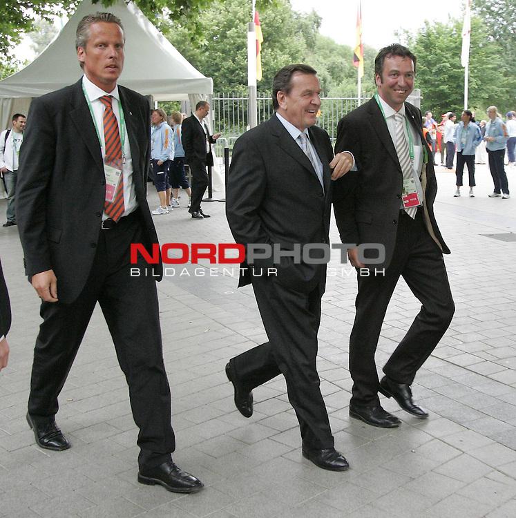 FIFA WM 2006 - Promis in Hannover in der Fifa Arena<br /> <br />  Zuschauer geladen der ehem. Bundeskanzler Gerhard Schroeder.<br /> <br /> Foto &copy; nordphoto