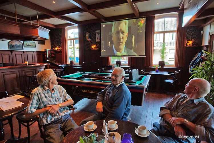 Nederland, Wognum,  , 12-10-2009  Klanten drinken koffie in Cafe Stam in Wognum tijdens Journaal uitzending met Dirk Scheringa in beeld. FOTO: Gerard Til / Hollandse Hoogte