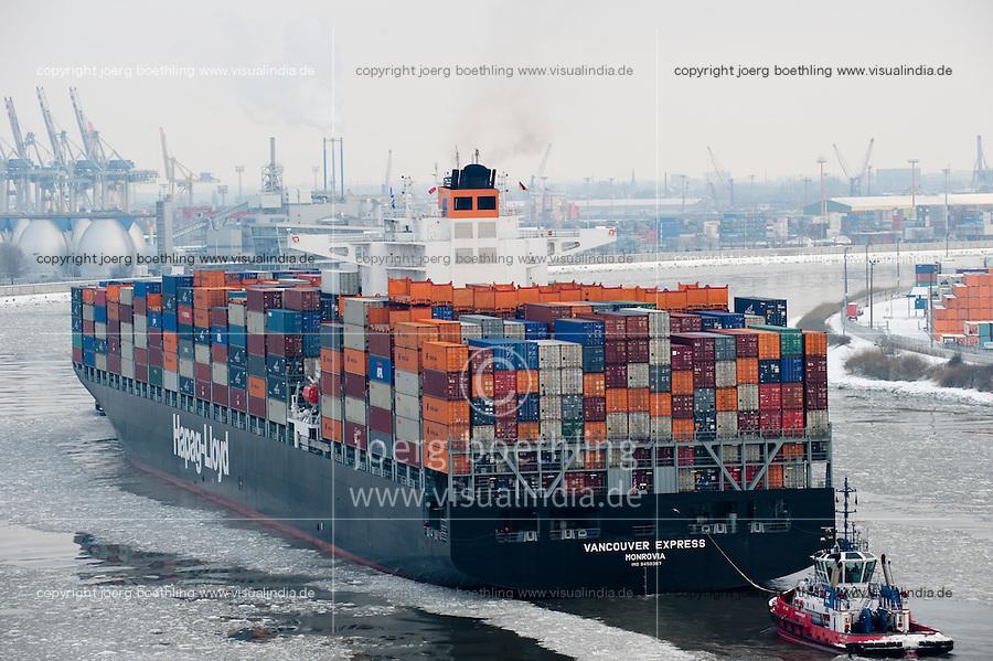 GERMANY Hamburg, river Elbe, HAPAG-Lloyd container vessel in harbour / DEUTSCHLAND Hamburg, Hapag-Lloyd Containerschiff Vancouver Express mit Rauchfahne und Schlepper auf der Suederelbe