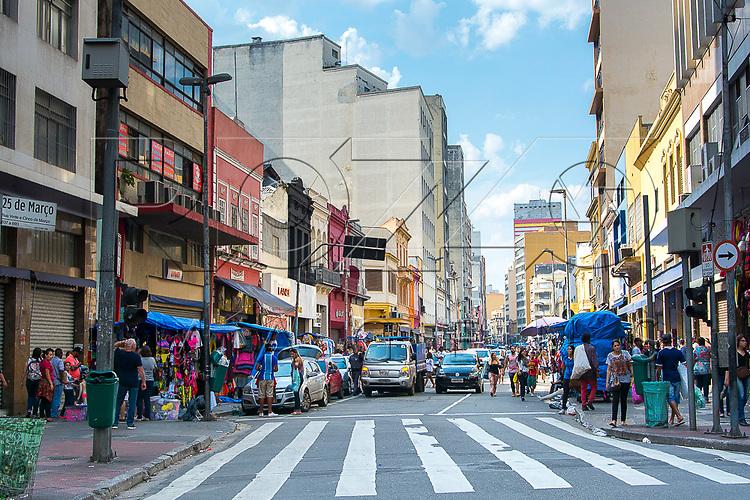 Consumidores na rua 25 de Março, São Paulo - SP, 10/2016.