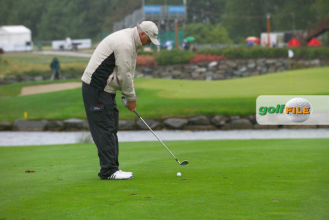 Smurfit Kappa European Open, K Club Straffin, Co Kildare..Stephen Dodd plays his ball over the water on the 18th in the 3rd round..Photo: Eoin Clarke/ Newsfile.