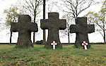 """Foto: VidiPhoto..LANGEMARK - In de aanloop naar de 100-jarige herdenking van het begin van de Eerste Wereldoorlog volgend jaar, is er een toenemende belangstelling voor de honderden militaire begraafplaatsen in België, vooral van scholen. Zo ook het """"Deutscher Soldatenfriedhof"""" in Langemark, West-Vlaanderen, de grootste militaire begraafplaats buiten Duitsland met 44.304 gesneuvelde soldaten. Ruim 24.000 liggen er in een massagraf, een van de grootste massagraven ter wereld. In totaal liggen in België 134.000 Duitse soldaten uit de Eerste Wereldoorlog begraven. Wereldwijd kostte de Eerste Wereldoorlog aan meer dan 9 miljoen soldaten het leven. ."""