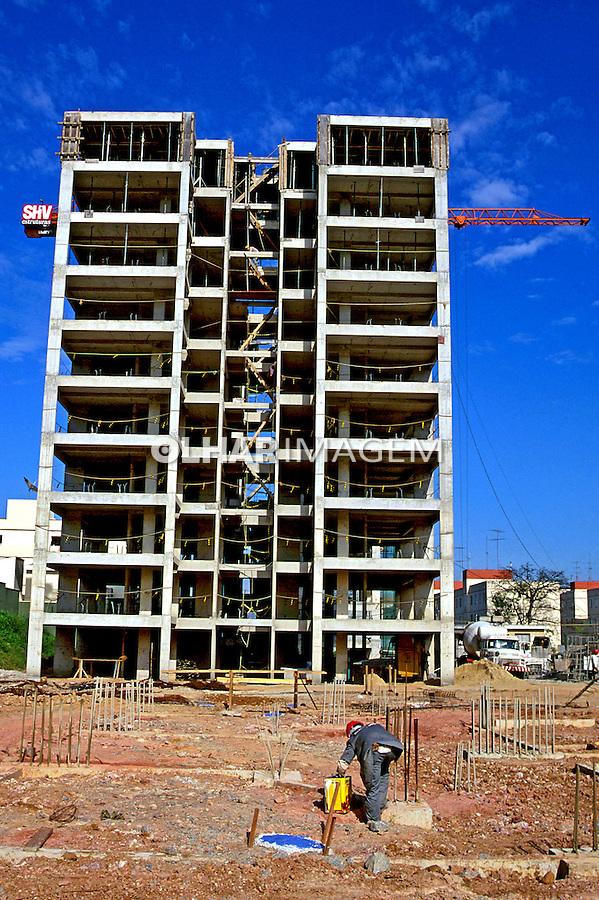 Contrução de prédio residencial no bairro Santana. São Paulo. 1994. Foto de Juca Martins.