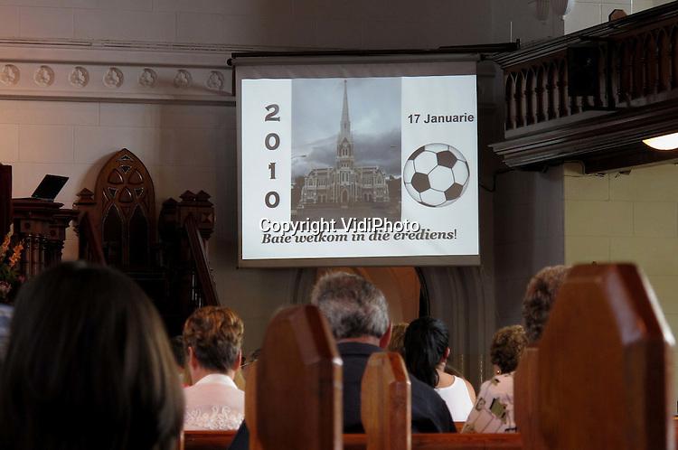 Foto: VidiPhoto..GRAAF-REINET - In Zuid-Afrika is de voetbalgekte losgebarsten. Zelfs in de Nederduits-Gereformeerde Kerk in Graaff-Reinet in de Oost-Kaap, worden de kerkgangers zondags herinnerd aan het feit dat in juni het WK 2010 in Zuid-Afrika wordt gehouden. Na Zuid-Afrika zelf, geldt Nederland bij de Zuid-Afrikaners als grote favoriet.