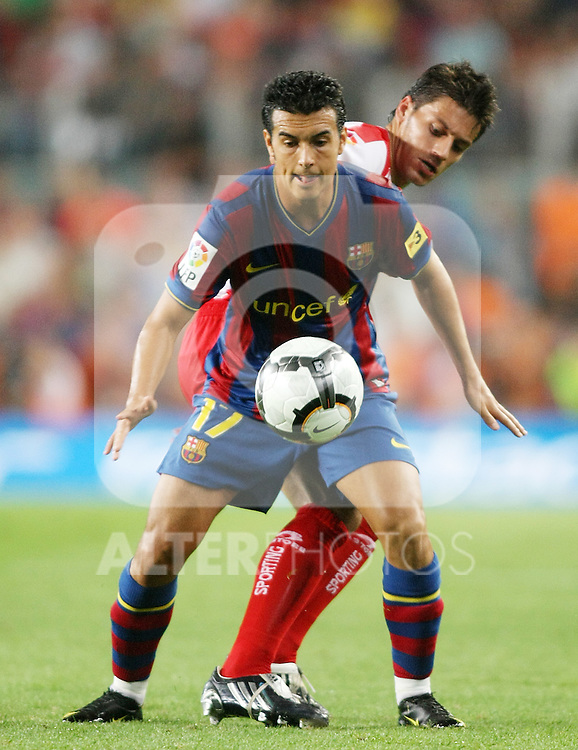 FC Barcelona's Pedro Rodriguez (f) and Sporting de Gijon's Michel Madera during  La Liga match.August 31 2009. (ALTERPHOTOS/Acero).