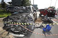 FOTO EMBARGADA PARA VEICULOS INTERNACIONAIS. SAO PAULO, SP, 23-11-2012, ACID. MARG. TIETE. Um motociclista perdeu a vida em um acidente na Marginal Tiete proximo a ponte da Casa Verde. O motorista de uma  GM/ Capitiva vinha em alta velocidade e em zig zag pela pista local, quando literamente passou por cima da moto, na sequencia mais tres veiculos sofreram impacto. Tres vitimas foram socorridas, ja o motociclista morreu no local. Luiz Guarnieri/ Brazil Photo Press.