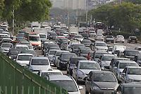 SAO PAULO, SP, 24/10/2013, TRANSITO. O corredor Norte Sul tem transito intenso na Av. Tiradentes altura da estacao da Luz, na manha dessa quinta-feira (24). LUIZ GUARNIERI/BRAZIL PHOTO PRESS