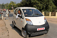 INDIA Banda U.P. , mini car Nano of indian Car maker TATA / INDIEN Banda , Kleinwagen Nano des indischen Autobauer TATA