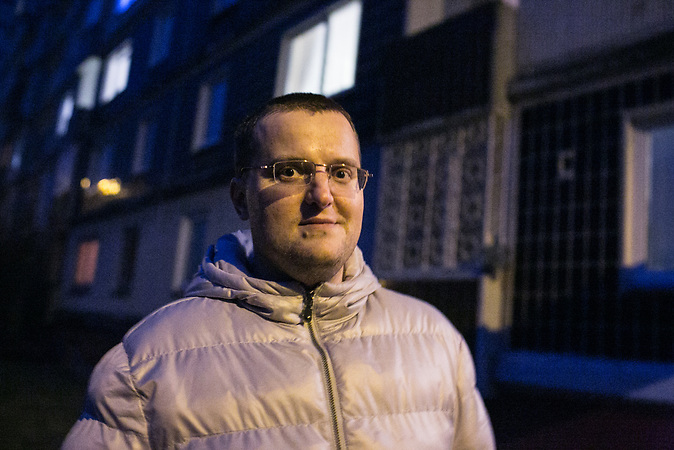 Alexander Bondarev in der Rigaer Nachbarschaft, in der er wohnt. Alexander kommt geb&uuml;rtig aus St. Petersburg und ist mit seiner Frau Irina nach Riga gezogen. K&uuml;rzlich hat er sein Unternehmen, eine Tabakpfeifenwerkstatt, in Lettland angemeldet.<br /> <br /> Seit einigen Jahren wandern vermehrt Russen in das benachbarte Lettland aus - derzeit sind 50.000 russische Staatsb&uuml;rger in Besitz einer st&auml;ndigen Aufenthaltsgenehmigung in dem baltischen Land.<br /> Seitdem Lettland 2004 Teil der Europ&auml;ischen Union ist, sind etwa zehn Prozent der Letten emigriert. In der Hauptstadt Riga bieten sich f&uuml;r junge Zuwanderer besonders auch beruflich aussichtsvolle Perspektiven.