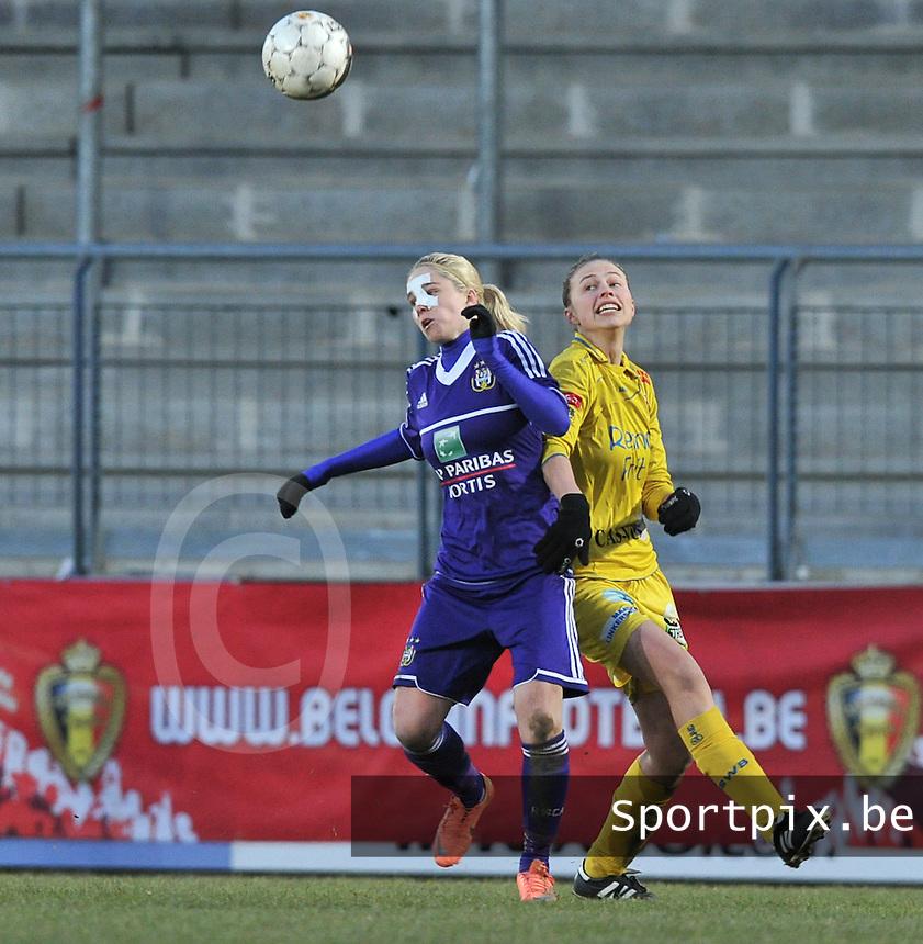 Waasland Beveren Sinaai Girls - RSC Anderlecht : duel tussen Stephanie Van Gils en Anouk Bonnarens (rechts).foto DAVID CATRY / Nikonpro.be