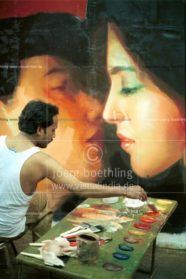 INDIA Bombay Mumbai, Ellora Arts, painting of Bollywood cinema posters / INDIEN Mumbai, Ellora Arts malt grosse Bollywood Kinoplakate
