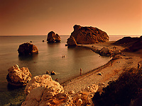 ZYPERN, Sued-Zypern, bei Paphos: Petra Tou Romiou, der Aphroditefelsen bei Sonnenuntergang, der Sage nach ging Aphrodite nach ihrer Geburt hier an Land | CYPRUS, South-Cyprus, near Paphos: Petra Tou Romiou (Rock of the Greek) or (Rock of Aphrodite) at sunset