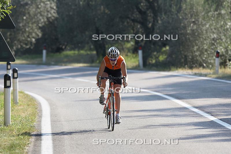 Italie, Torbole, 12 september 2006. .Trainingskamp TVM schaatsploeg .Ireen Wust van de TVM schaatsploeg bezig aan het sprinten (fietsen) bergop
