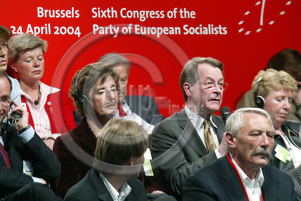 Belgium---Brussels--- 23 April 2004 --- European Parliament - Sixth Congress of the Party of European Socialists --- Pia LOCATELLI (L), from Italy, Vice President of Socialist Women International (SIW); Franz M?NTEFERING (M), The leader of the Social DemocratsÕ (SPD) parliamentary group, Germany; Mia DE VITS (R), SP.A, Belgium - PHOTO: EUP-IMAGES / ANNA-MARIA ROMANELLI