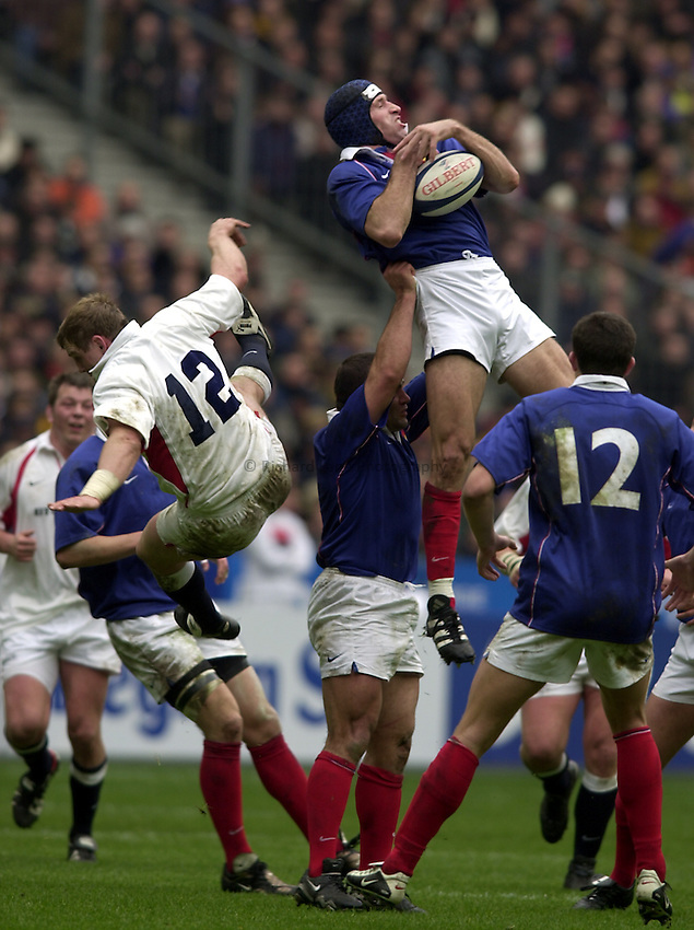 Photo.Richard Lane.France v England at Stade de France. 2-3-2002. Lloyds TSB Six Nations Championship..Olivier Magne takes a high ball as Mike Tindall flights.