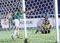 CALI -COLOMBIA-27-02-2014. Robin Ramirez (Izq) del Deportivo Cali celebra un gol en contra de Itaguí durante partido por la fecha 8 de la Liga Postobón I 2014 jugado en el estadio Pascual Guerrero de la ciudad de Cali./ Deportivo Cali player Robin Ramirez (L) celebrates a goal against Itagui during match for the 8th date of Postobon League I 2014 played at Pascual Guerrero stadium in  Cali city.Photo: VizzorImage/ Juan C. Quintero /STR