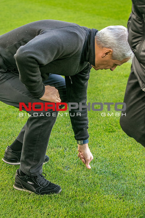 Aus 1. BL Saison 2018/19 VfL Wolfsburg gegegn Borussia Dortmund 0:1 am 03.11.208. Im Foto: BVB Trainer Lucian Favre prüft den Rasen<br />