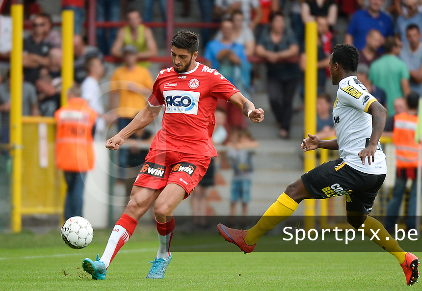 KV Kortrijk - Sporting Lokeren : Samuel Gigot (links) voor Ayanda Patosi   <br /> Foto DAVID CATRY / VDB
