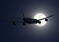 BOGOTA-COLOMBIA-01-11-2012.Un avión comercial pasa frente a la luna  . An comercial  airplane crossing in front of the moon.Photo: VizzorImage/Felipe Caicedo